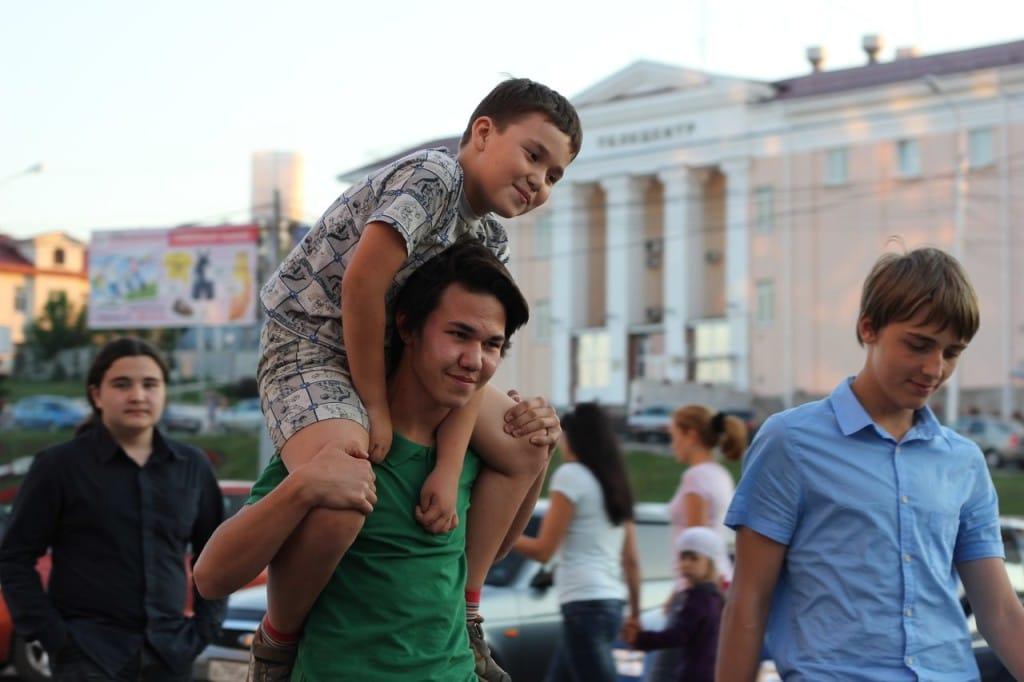 2. Амир очень жизнерадостный мальчик и любит свою семью